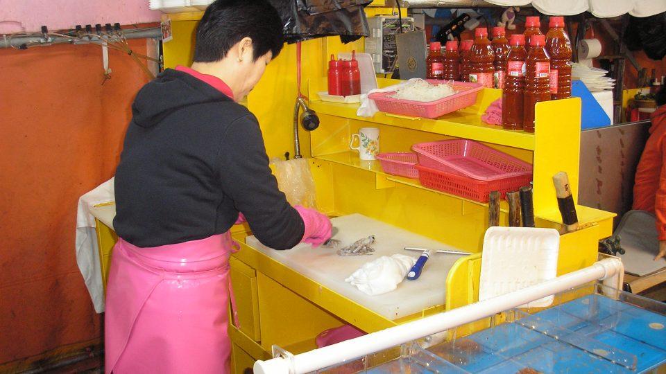 Před očima nám malou chobotničku jedním úderem prodavačka zabije a nakrájí