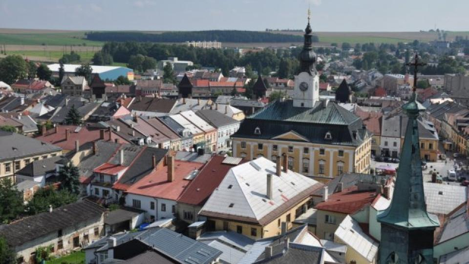 Pohled z věže kostela sv. Jakuba v Poličce směrem k barokní radnici