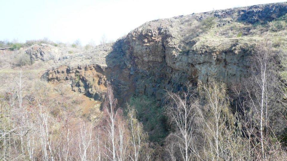 Lom uvnitř Vinařické hory