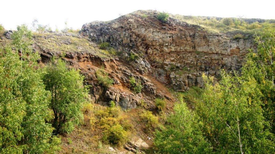 Vinařická hora zblízka