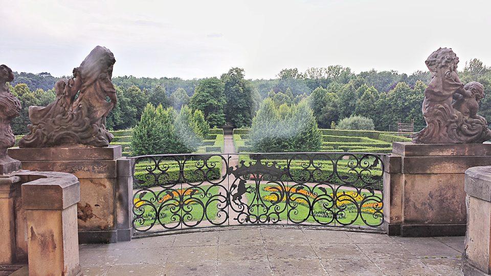 Pohled z terasy chroustovického pozdně barokního zámku do parteru formální zahrady