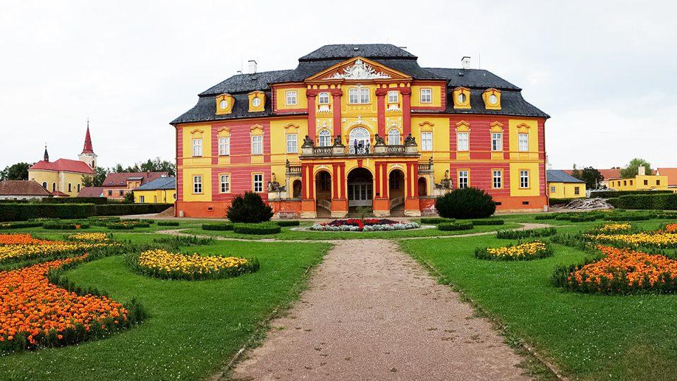 Pozdně barokní zámek a zahrada v Chroustovicích