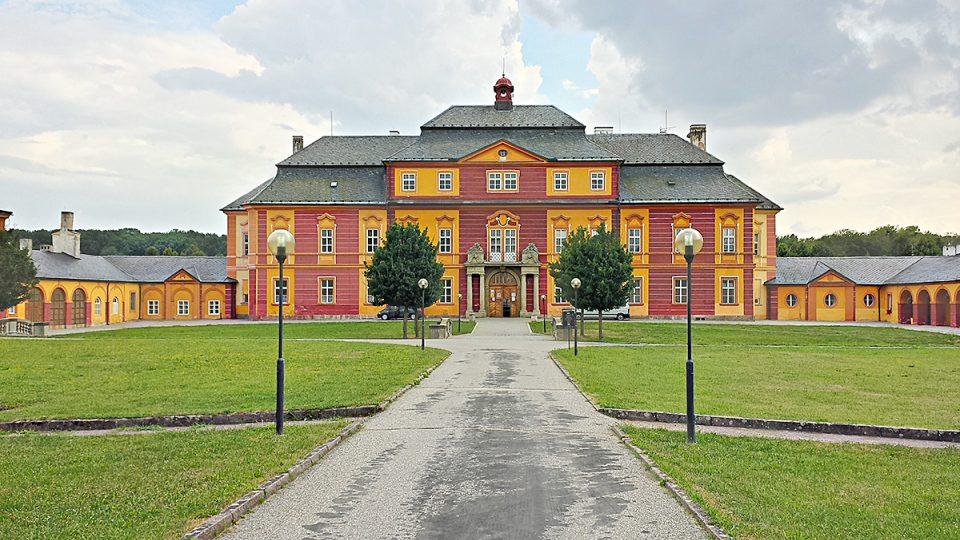 Pozdně barokní zámek v Chroustovicích