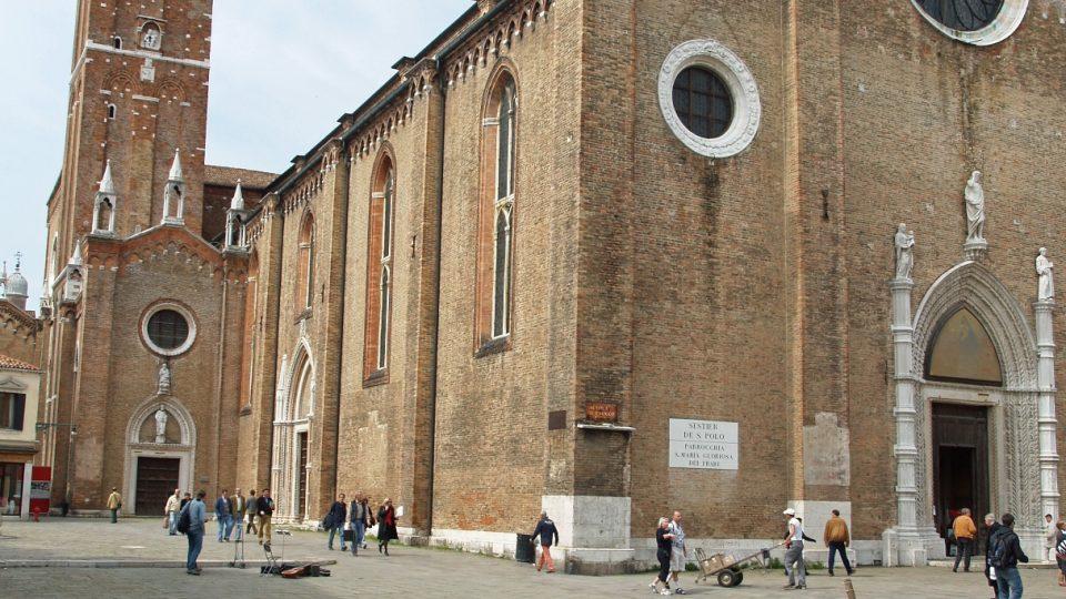 Františkánská bazilika v Benátkách je plná uměleckých pokladů. Například ukrývá Triptych madony s děťátkem Giovanni Belliniho, ústřední oltářní obraz Tizianova Nanebevzetí Panny Marie a další. Tady je Tiziano Vecellio pochován v mramorovém sarkofágu