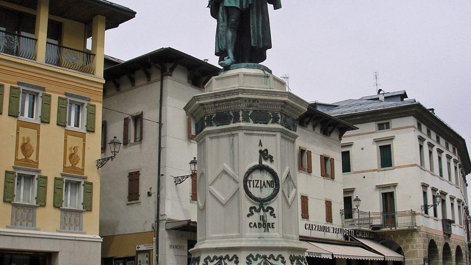 Malířova socha z roku 1880 od Antonia Dal Zotta na hlavním náměstí v Tizianově rodišti