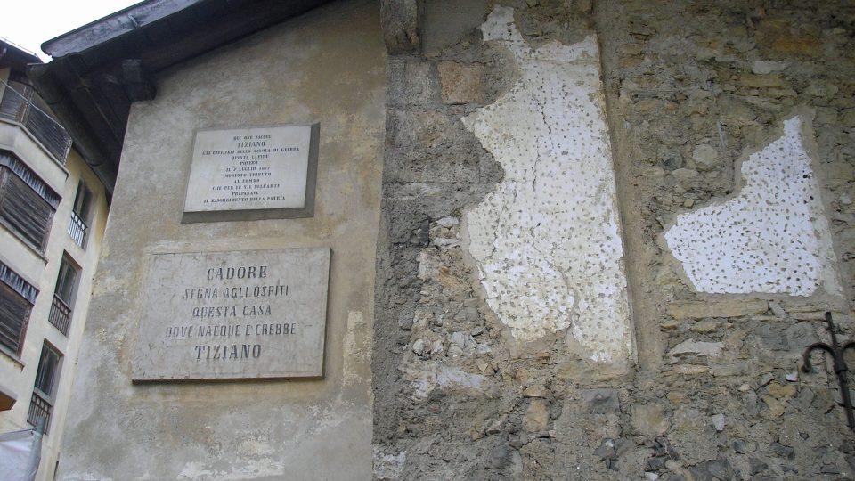 Tabulka na Tizianově rodném domě, jehož rodina patřila k nejvýznamnějším v celém kraji Cadore