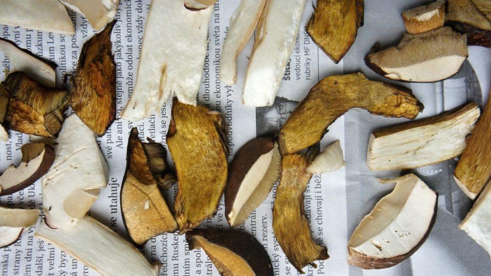 Soušíme houby na novinách