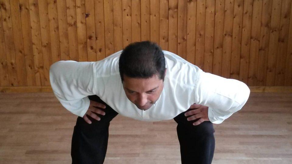 5. Provádíme půlkruhovitý pohyb směrem k pravé noze