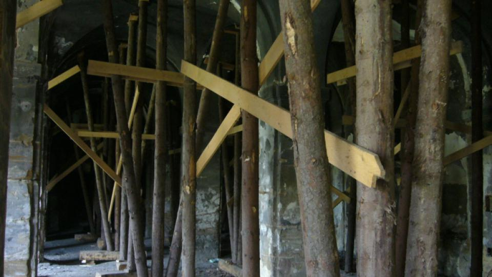 Areál hospodářského dvora zámku v Zákupech na Českolipsku. Dřevěné výstuže podpírající klenby v konírně