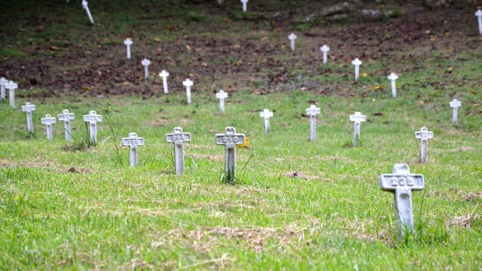 Bílé kříže bezejmenných obětí. Budování průplavu Francouzi stálo život nejméně 20 tisíc lidí