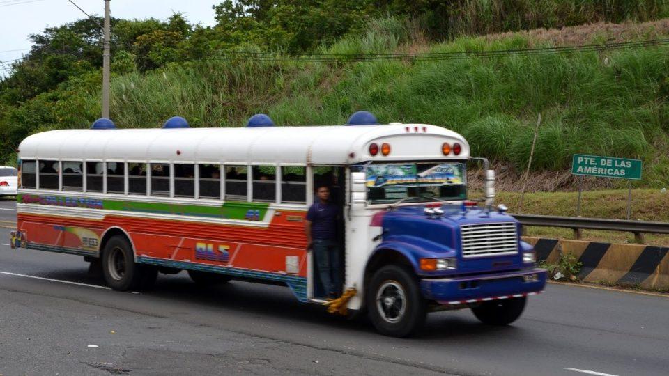 Klasické panamské autobusy, zvané rudí ďáblové. Rudí už nejsou, ale ďábelsky rychle jezdí