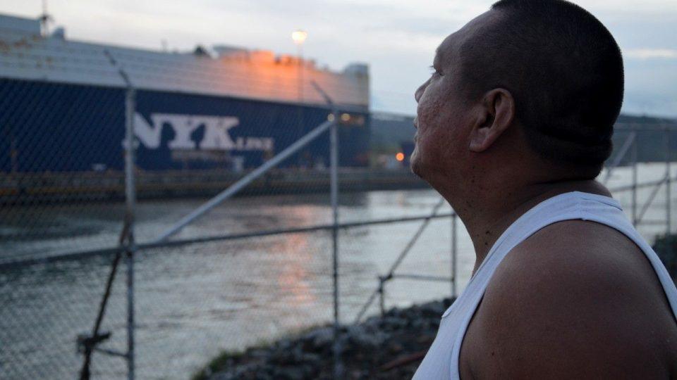 Koukne a vidí. Lucas Salgado pracoval v průplavu - takzvaně za plotem - dvacet let. Rozezná lehce, co která loď převáží