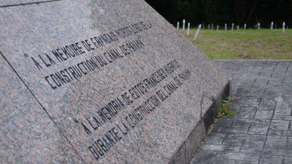Na památku těch, kteří zemřeli při naplňování smělého plánu - přetnout Panamskou šíji vodní cestou. Francouzský hřbitov, Panama