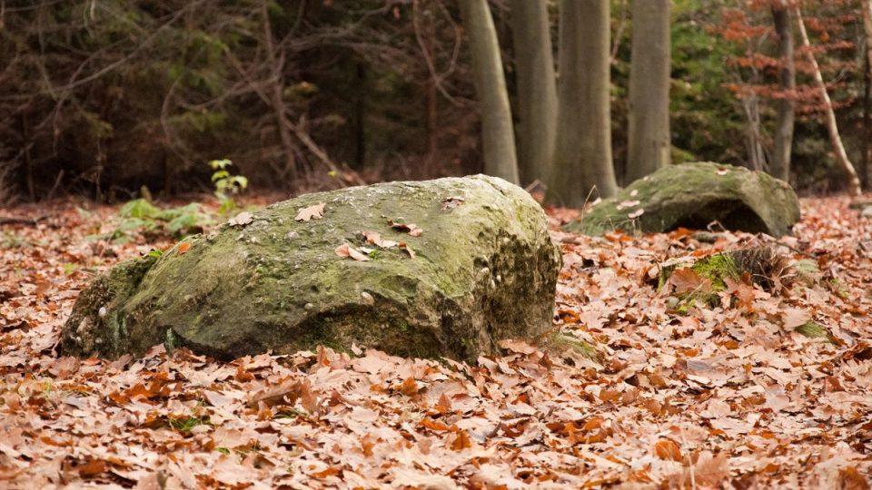 Kameny se po 3000 letech dnes už nachází z větší části pod zemí