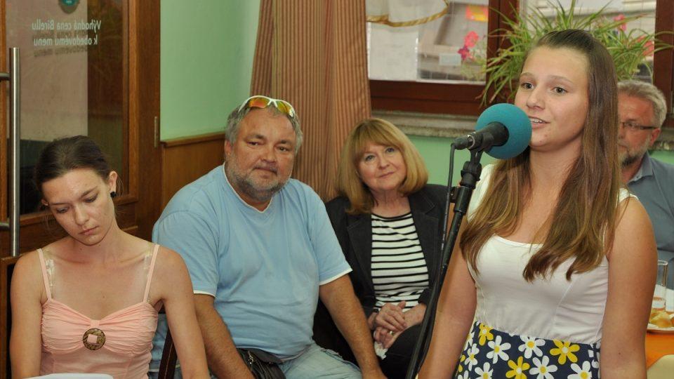 Kromě Petra Bendeho zazpívala i Kateřina Vrzalová za doprovodu klavíristky Jany Rambouskové