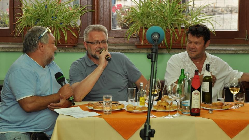 Herec Václav Svoboda se starostou Milanem Vlčkem a radním Jiřím Raušem