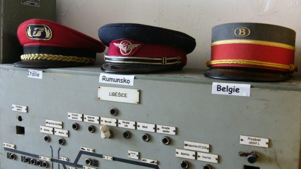 Expozice na nádraží v Jablonném v Podještědí, čepice výpravčí