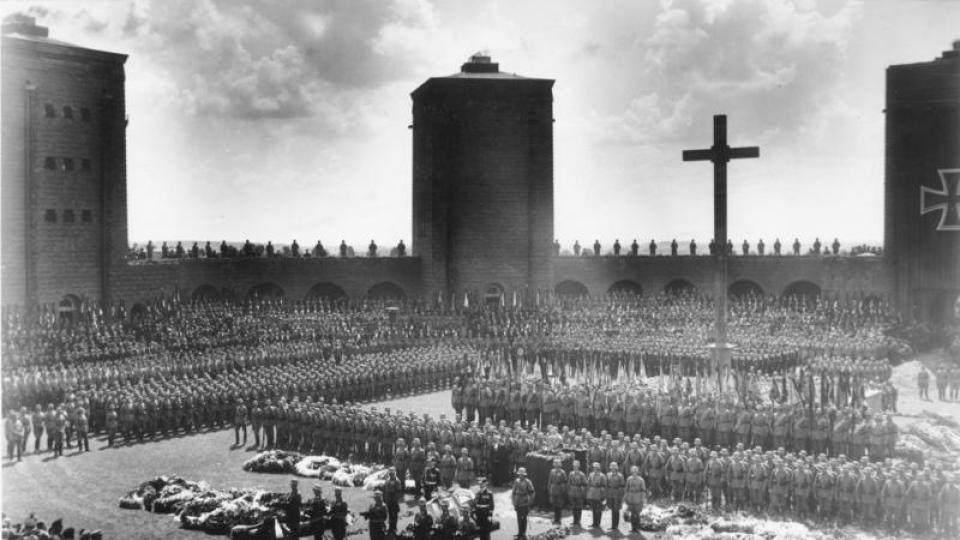 Hindenburgův pohřeb v roce 1930 v Tannenbergum, na němž promluvil Hitler