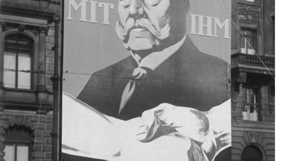 """Volební plakát Paula von Hindenburga v roce 1930. Nápis na plakátu: """"S ním"""""""