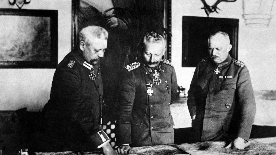 Rok 1917, vrchní štáb. Generál Paul von Hindenburg, císař Wilhelm II. a generál Erich Ludendorff