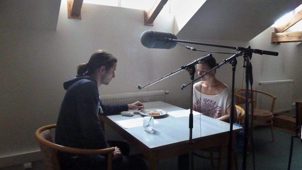 Jannis Moras a Linda Jurčíková při natáčení minutové hry Meze slušnosti