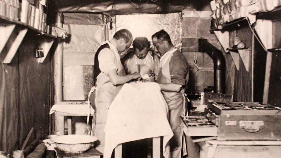 Improvizované operace v polních podmínkách pomohly zachránit alespoň některé bojovníky..JPG