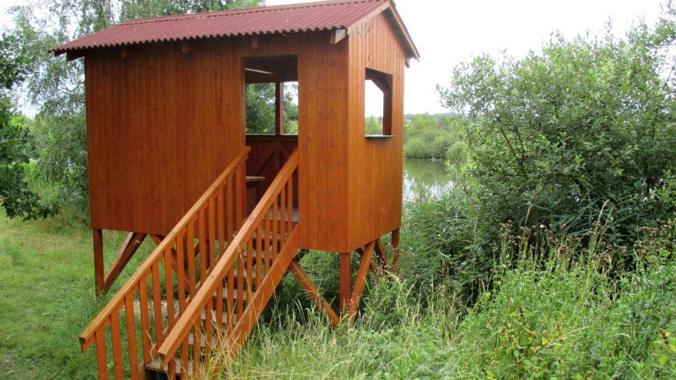 Nová dřevěná pozorovatelna vás ochrání před nepřízní počasí