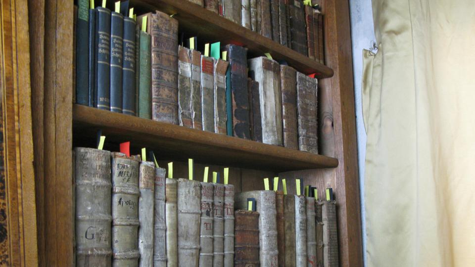 Zpracované knihy jsou plné barevných záložek
