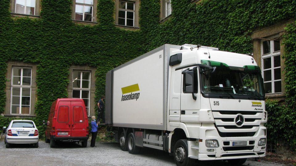 Google kamion čeká na další várku knih