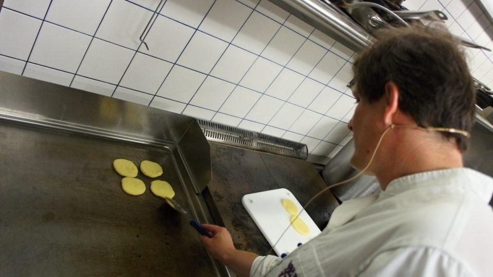 Martin Janoušek smaží bramborové škubánky