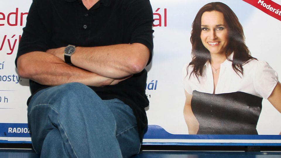 Vlastimil Vondruška na lavičce před vysíláním Hosta Radiožurnálu