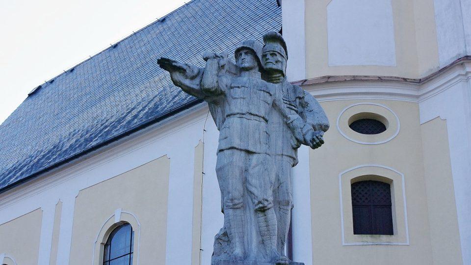 Anděl smrti odvádějící vojáka do říše duší je dílem Josefa Obetha