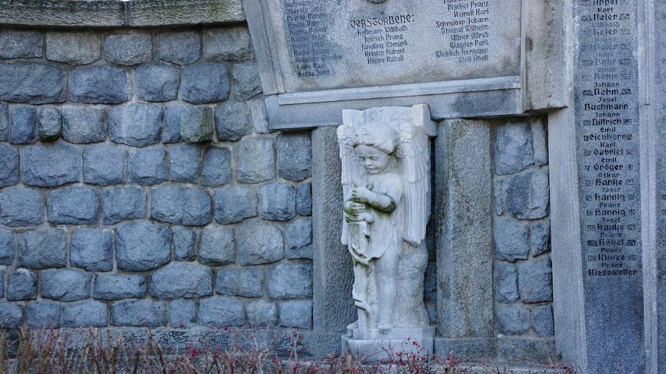 Celá tato část pomníku byla po II. sv. válce zakryta zdí
