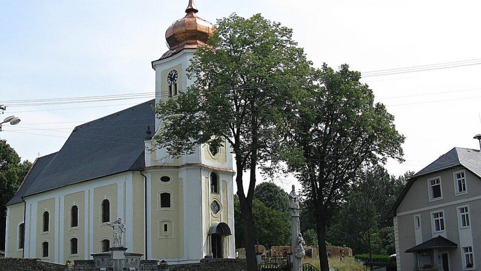 Spolu s kostelem a sloupem Nejsvětější Trojice tvoří pomník panorama centra Staré Červené Vody