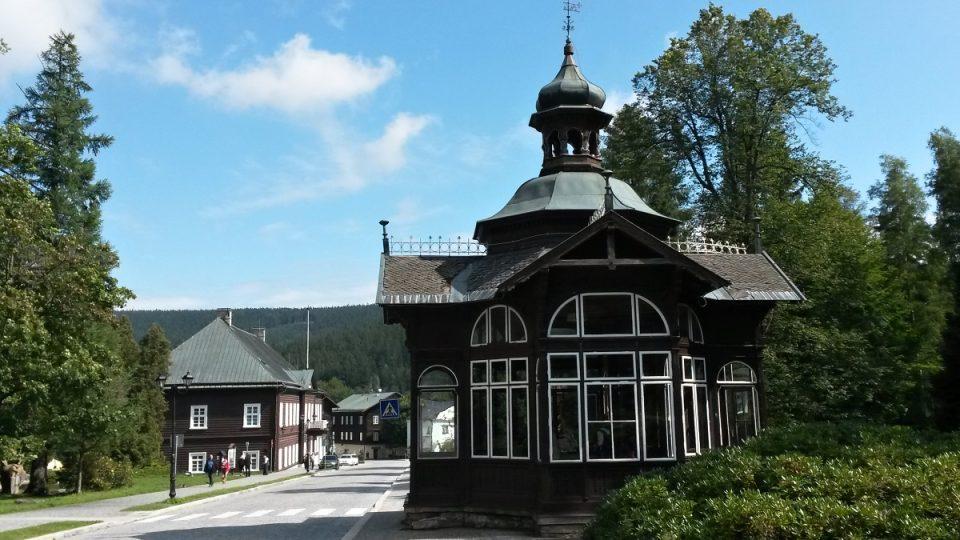 Pitný pavilon a v pozadí Knížecí dům, dnes ředitelství lázní