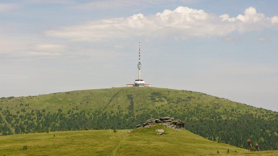 Pohled z Vysoké hole k Pradědu, v popředí Petrovy kameny