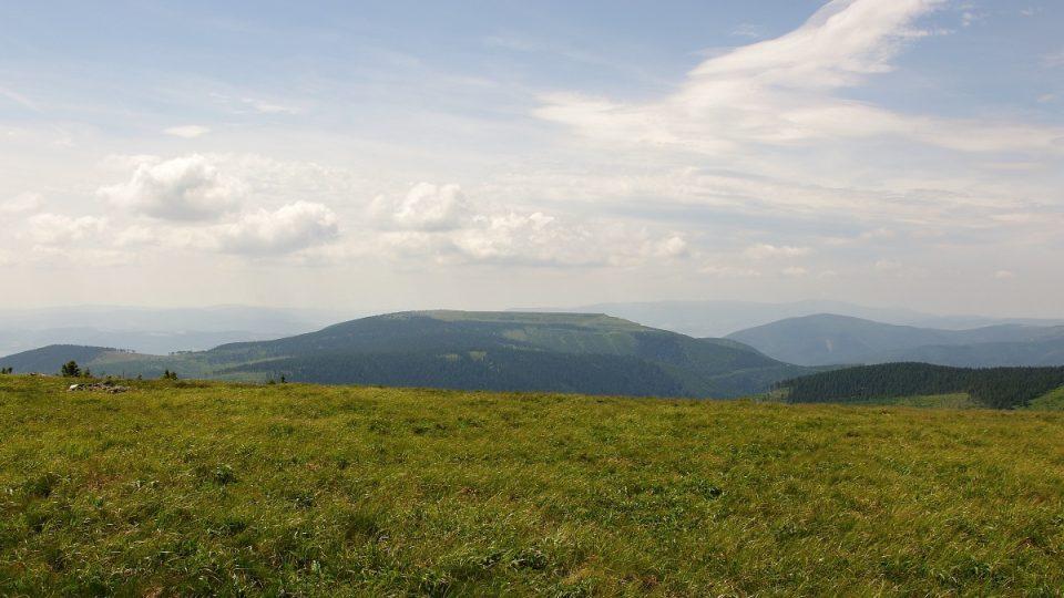 Pohled z Vysoké hole na přehradu Dlouhé stráně