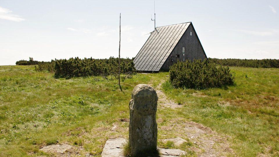 Trojmezník na vrcholu vytyčoval hranice tří panství