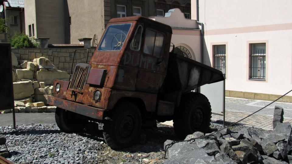 Vozidlo Dumper uvezlo až šest tun kamene