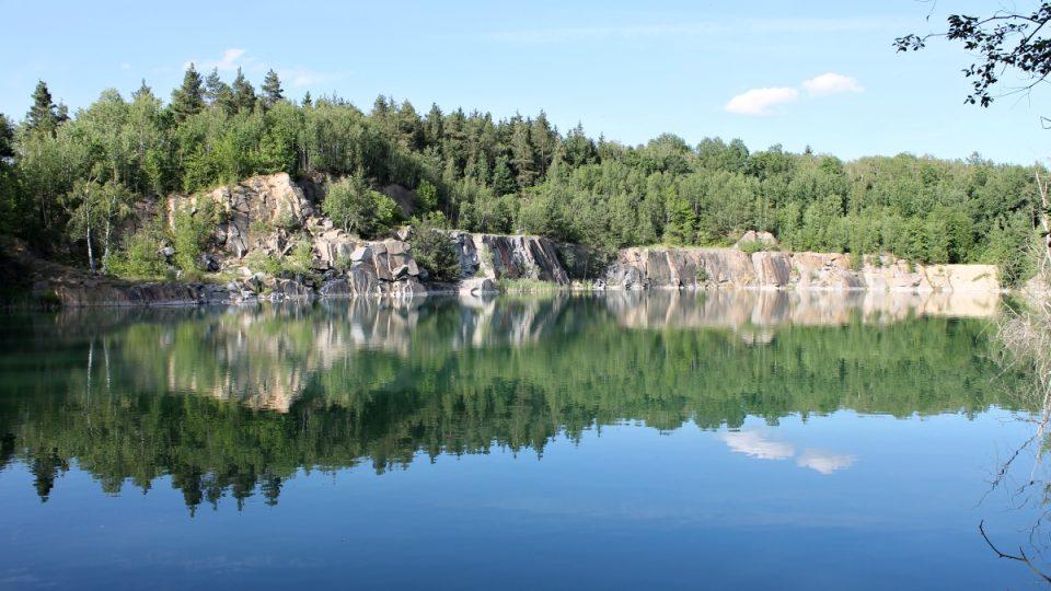Zatopený žulový důl nedaleko Leštinky