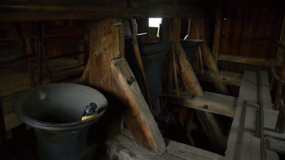 Obrácené zvony v Rovensku pod Troskami