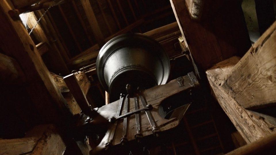 Pohled od schodiště dřevěná zvonice