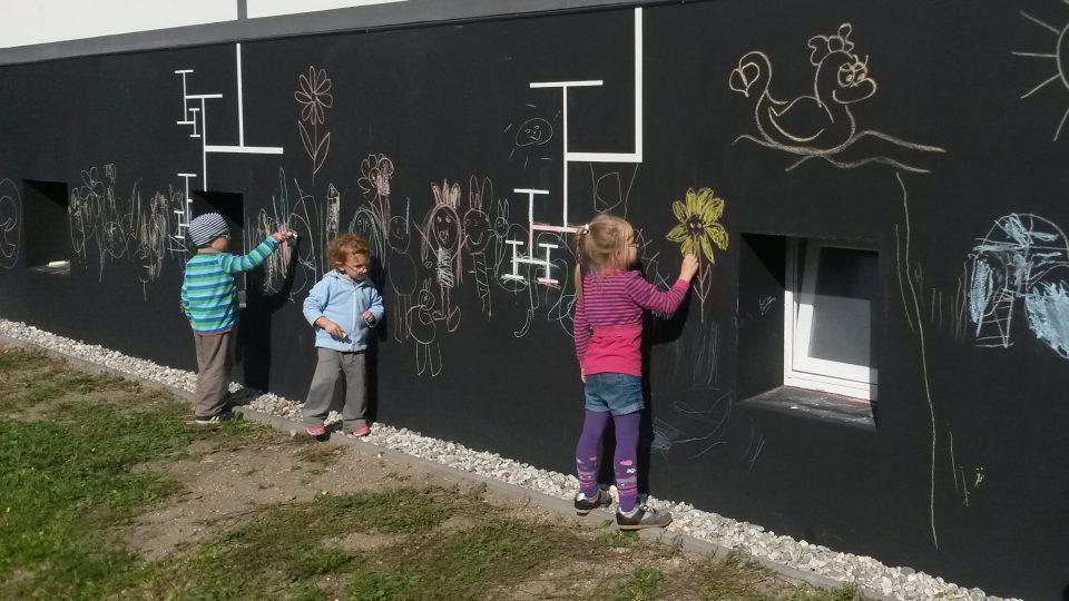 Na speciální povrch, který jde snadno umýt, mohou děti malovat