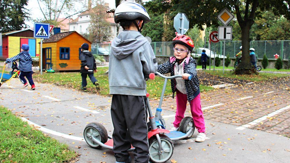 Děti mají na zahradě krásné dopravní hřiště