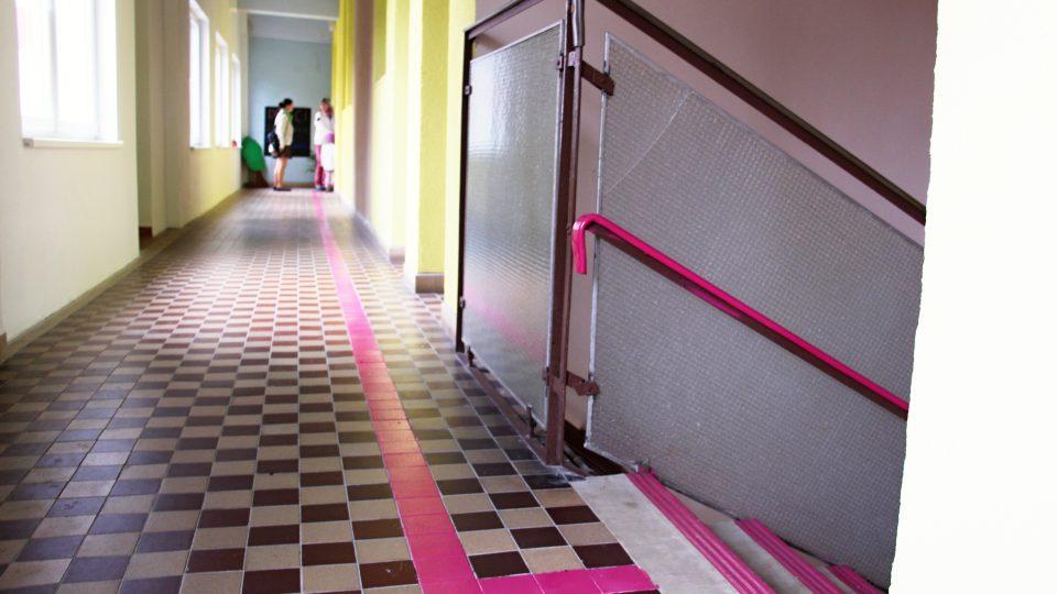 Schody a dveře jsou natřeny výraznou barvu, aby se děti lépe orientovaly