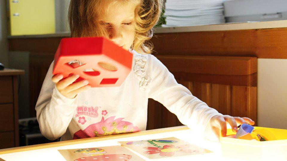 Adélka se hrou učí jemné motorice prstů