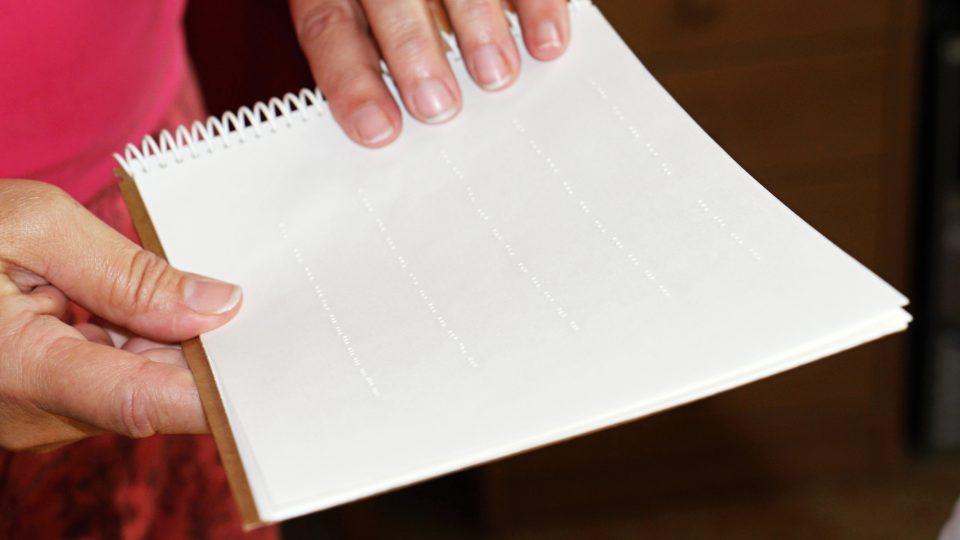 Zrakově postižené děti se ve školce připravují na Braillovo písmo