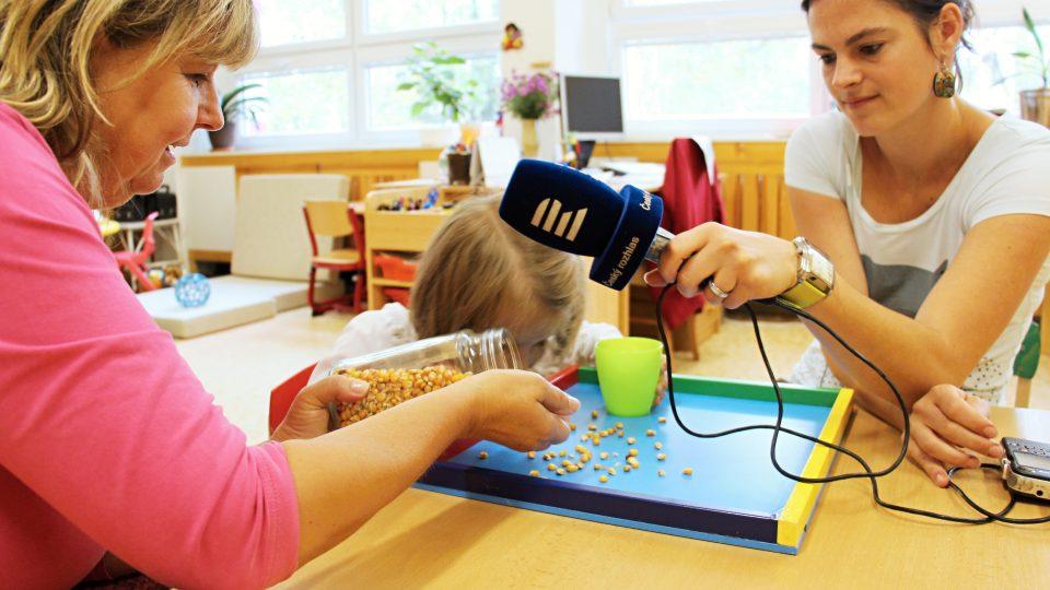 Sbírání kukuřice do kelímku je ideálním nácvikem na Braillovo písmo: levá ruka fixuje, zatímco pravá jemně pracuje