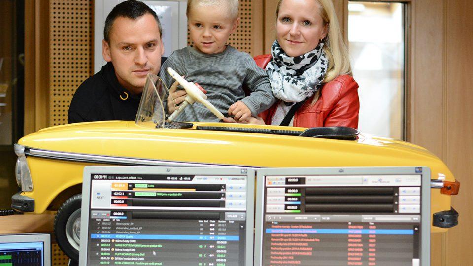 Martin Brandýský s manželkou a synem přinesli do studia šlapacího moskviče