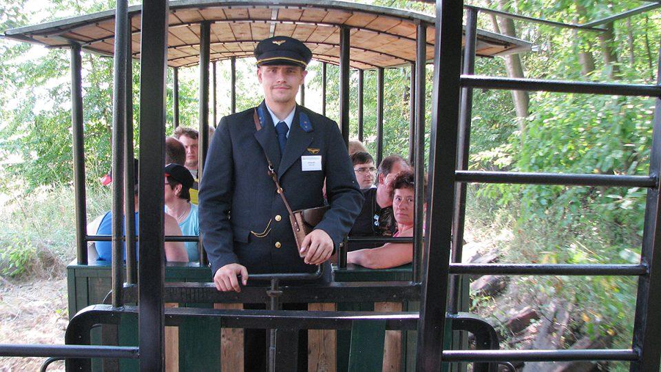 Průvodčí jezdí v dobových uniformách